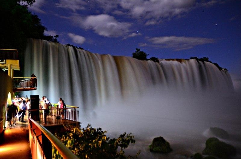 Luau das Cataratas emociona famílias e casais em Foz do Iguaçu